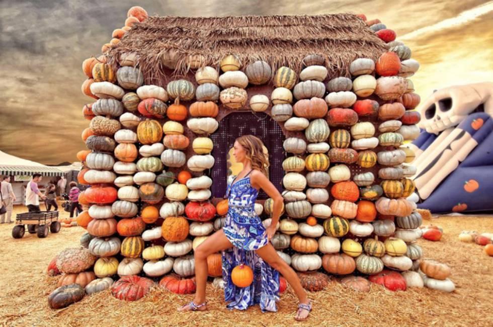 Cocos, pesos, garrafas, abacaxis tropicais, estatuetas, bolsas, instrumentos musicais, donuts e até mesmo pranchas de surfe pendem da vagina de Anami.