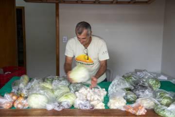 Um agricultor assentado vende seus produtos na feira do centro de Laranjeiras do Sul.