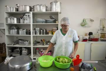 Mulher trabalha na cooperativa do Assentamento 8 de Junho, em Laranjeiras do Sul.