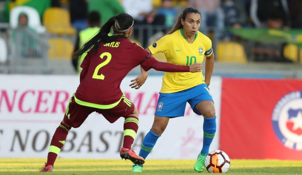 Marta tenta superar marcação de venezuelana durante a Copa América. 136879d512419