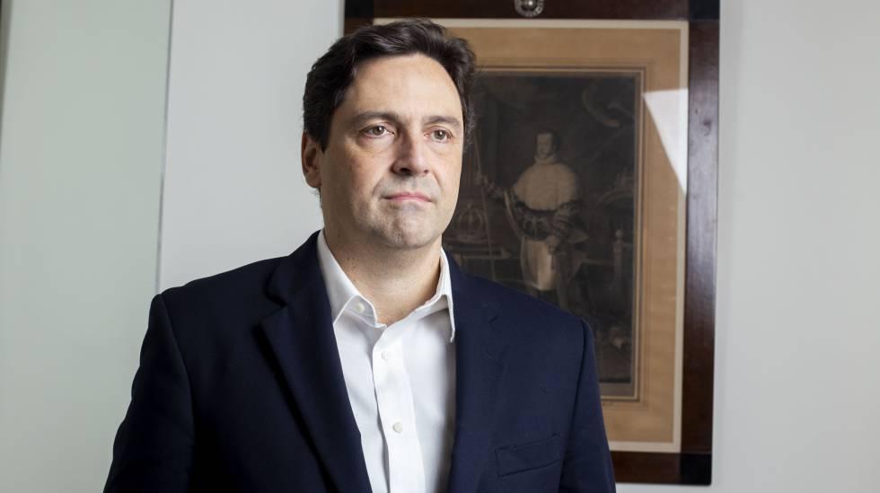 Luiz Philippe diante de um quadro do imperador Dom Pedro I.
