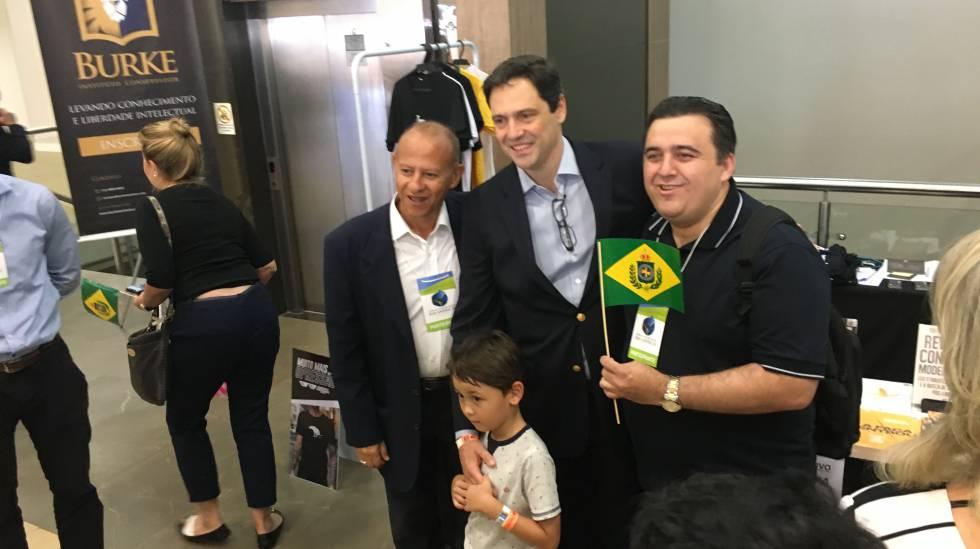 Luiz Philippe posa para foto com admiradores em Foz do Iguaçu.