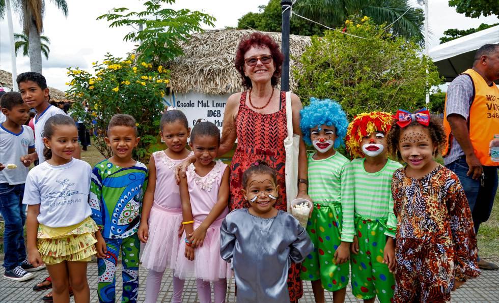 A escritora Roseana Murray com alunos durante a Feira Literária de Oeiras.