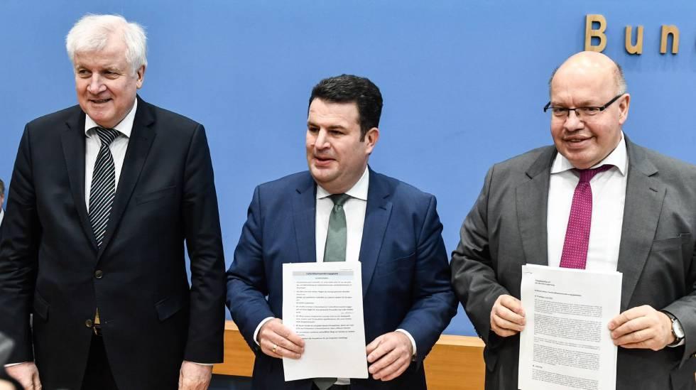 Da esquerda para a direita, o ministro alemão do Interior, Horst Seehofer, o do Trabalho e Assuntos Sociais, Hubertus Heil, e o de Economia e Energia, Peter Altmaier.