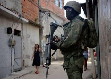 Policiais estupraram meninas durante intervenção no Rio, aponta relatório da Defensoria Pública