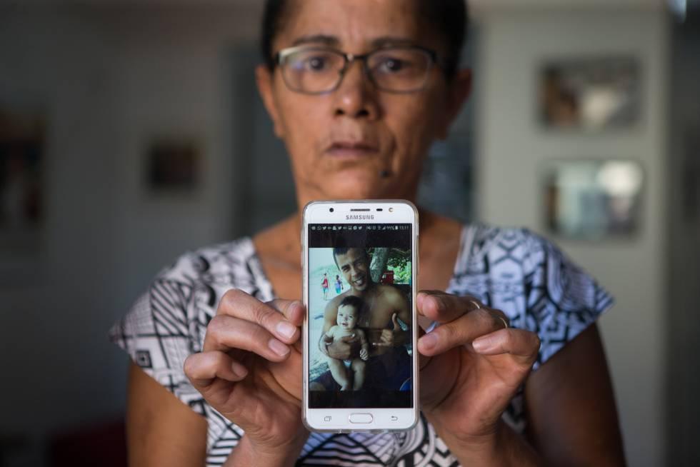 Marlene, mãe de Deivison Faria de Sousa, mostra foto de seu filho e seu neto.