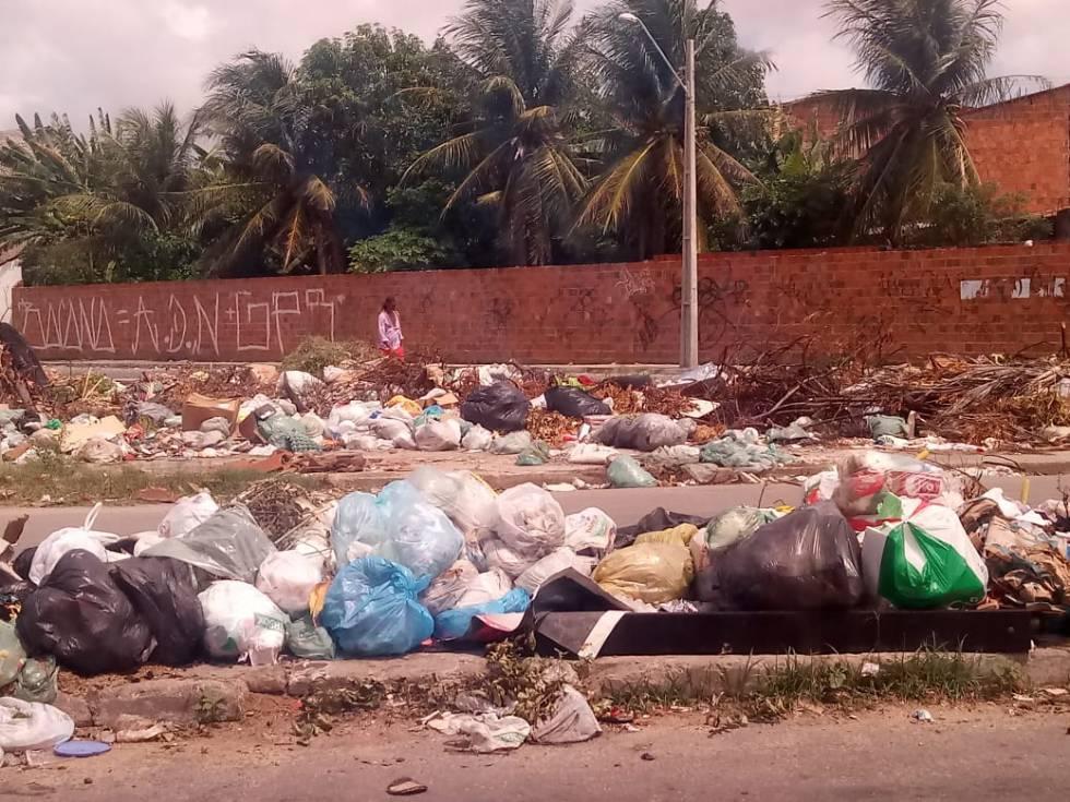 Com redução de coleta de lixo, aspecto de alguns bairros é de completo abandono, como em Genibau