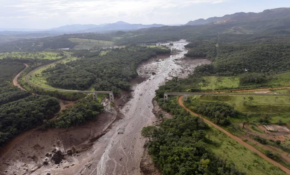 Imagem do repórter fotográfico Alexandre Araújo, que sobrevoou a área em helicóptero dos bombeiros.