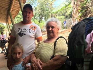 Pedro Roca, su hija y su suegra, tras ser forzados a dejar su casa.