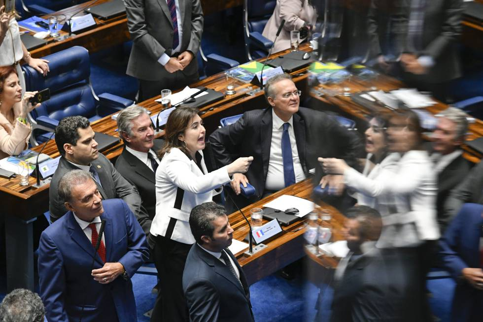 Senadora Simone Tebet (MDB) gesticula em meio aos colegas no Senado.