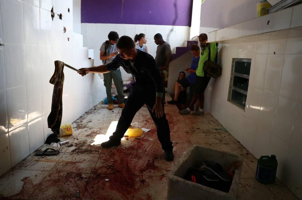 Peritos analisam casa onde policiais mataram suspeitos durante operação, na última sexta.
