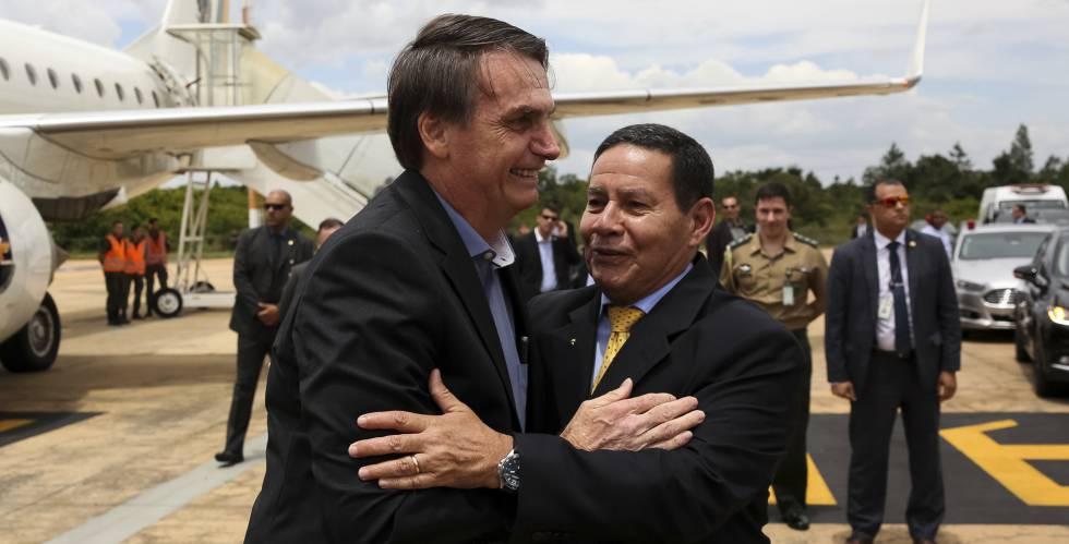 Bolsonaro chega a Brasília e saúda Mourão.