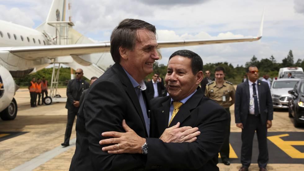 Bolsonaro chega a Brasília e saúda o vice Mourão.