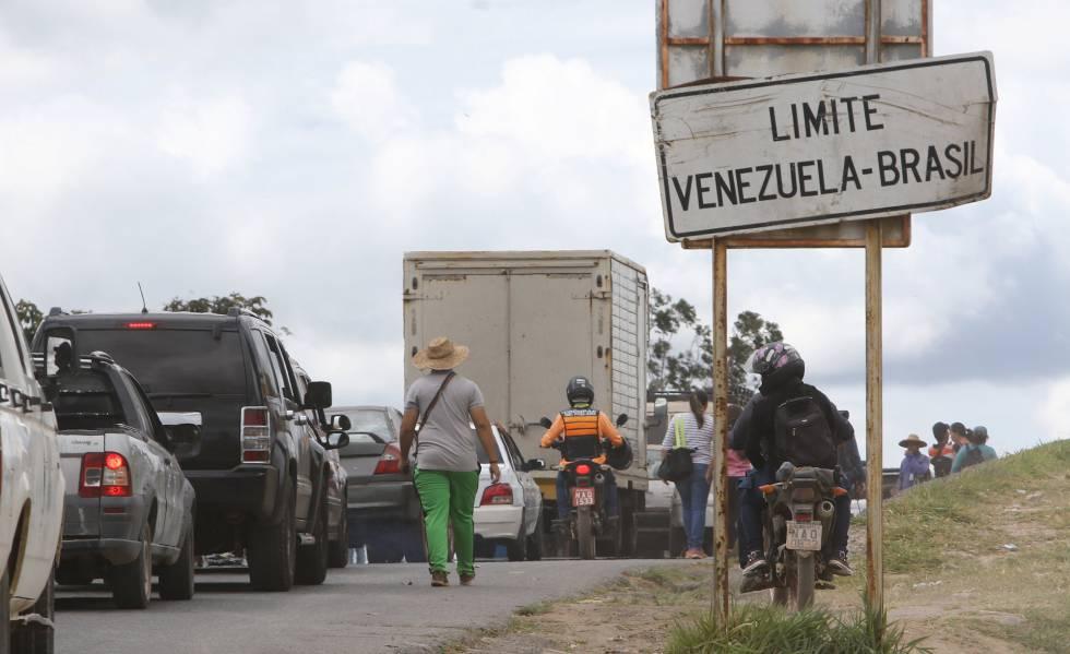 Venezuelanos na fronteira com o Brasil, em Santa Elena de Uairen,