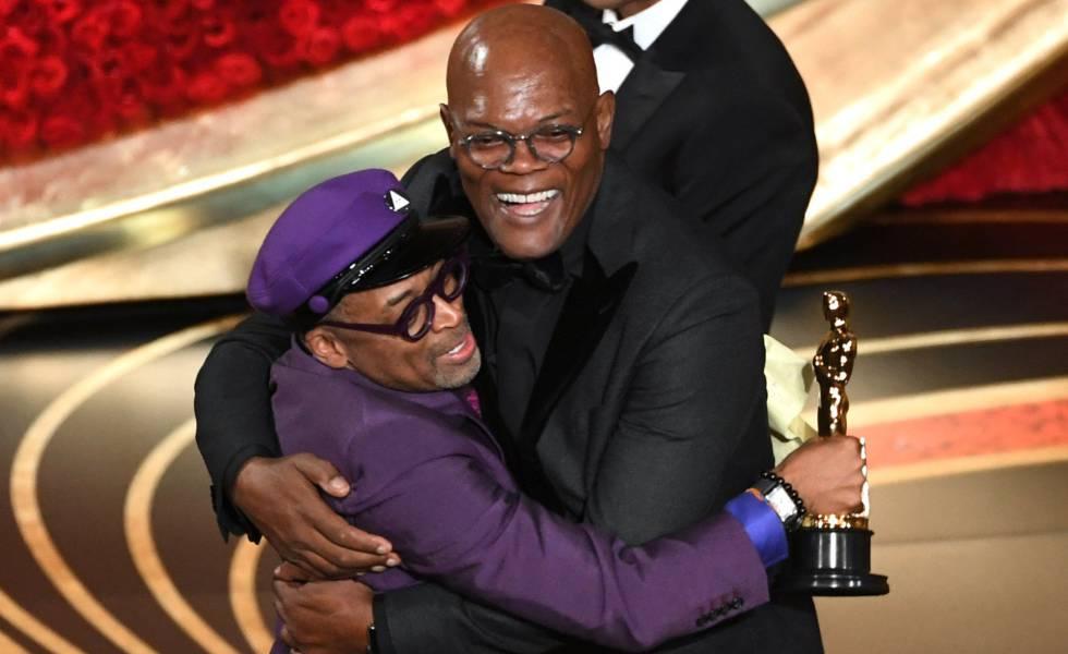 Spike Lee abraça Samuel L. Jackson, de quem recebeu o Oscar de melhor roteiro adaptado por 'Infiltrado na Klan'.