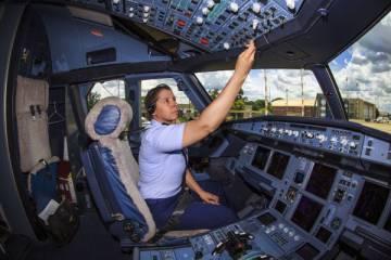Militar Carla Borges pilotou pela primeira vez, há dois anos, um avião presidencial