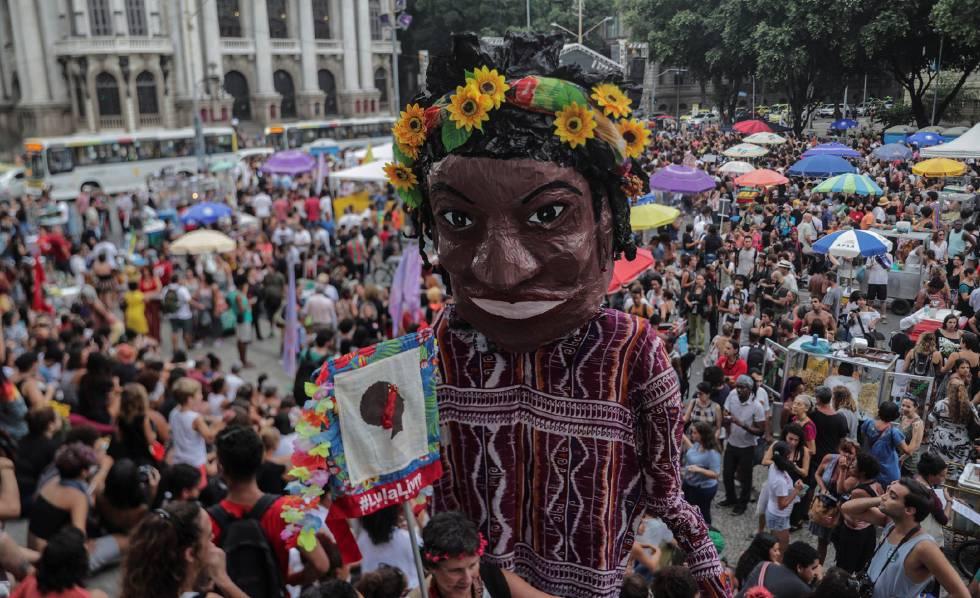 Boneca que representa Marielle em manifestação no Rio um ano após sua morte.