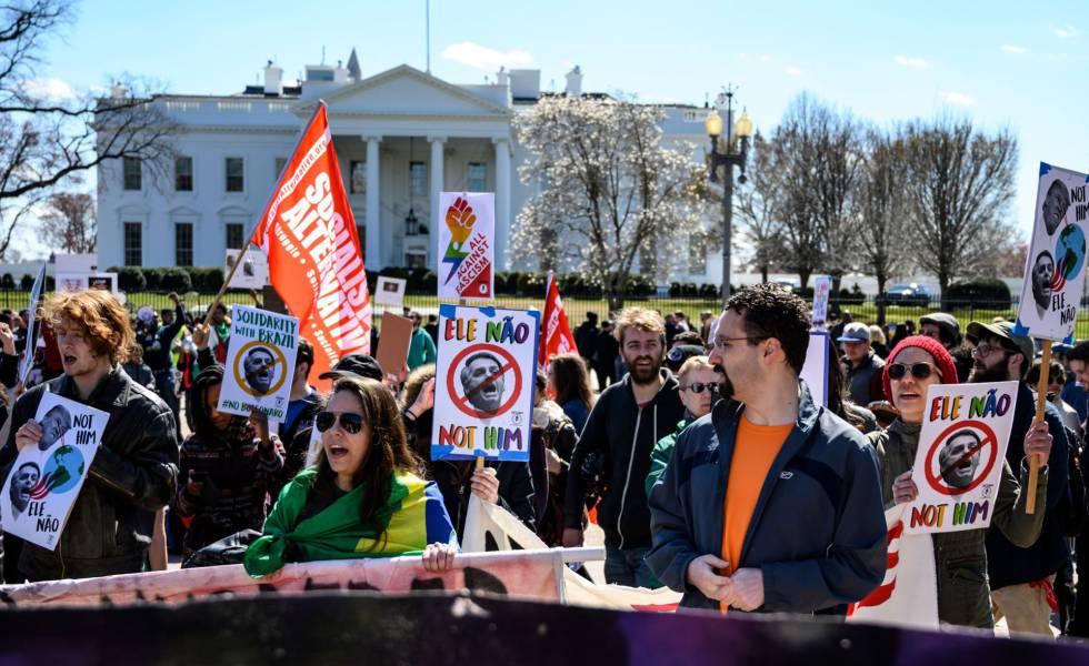Manifestantes contrários à visita de Bolsonaro aos EUA protestam em frente à Casa Branca, no domingo.