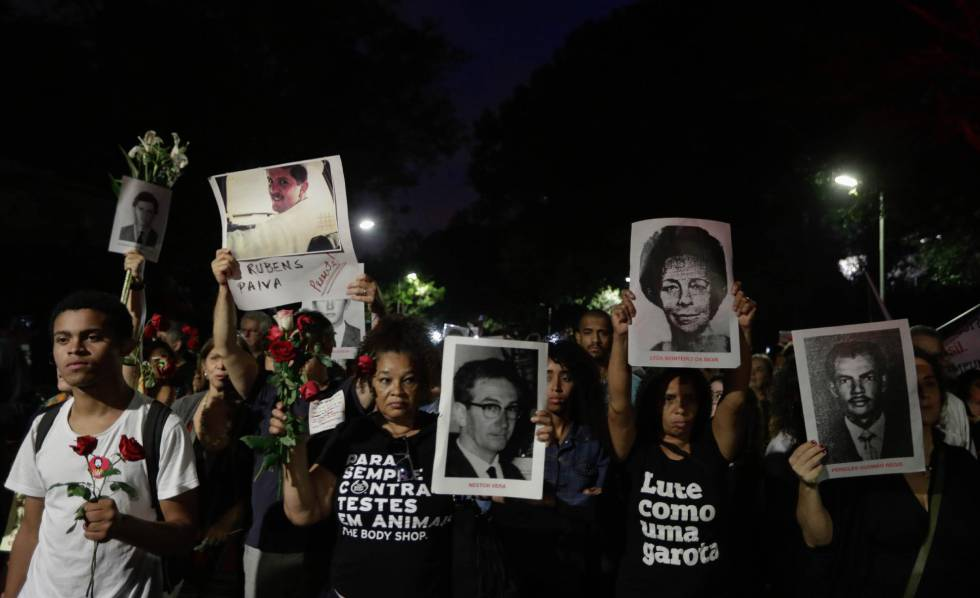 Milhares de manifestantes se reúnem na primeira marcha silenciosa em memória das vítimas da ditadura