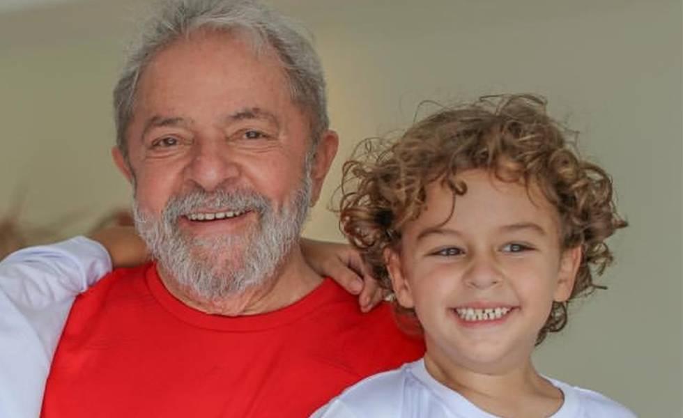 Lula com o neto, Arthur Araújo Lula da Silva.