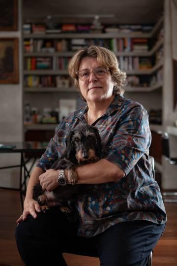 Barbara Gancia e um dos seus dois cachorros.
