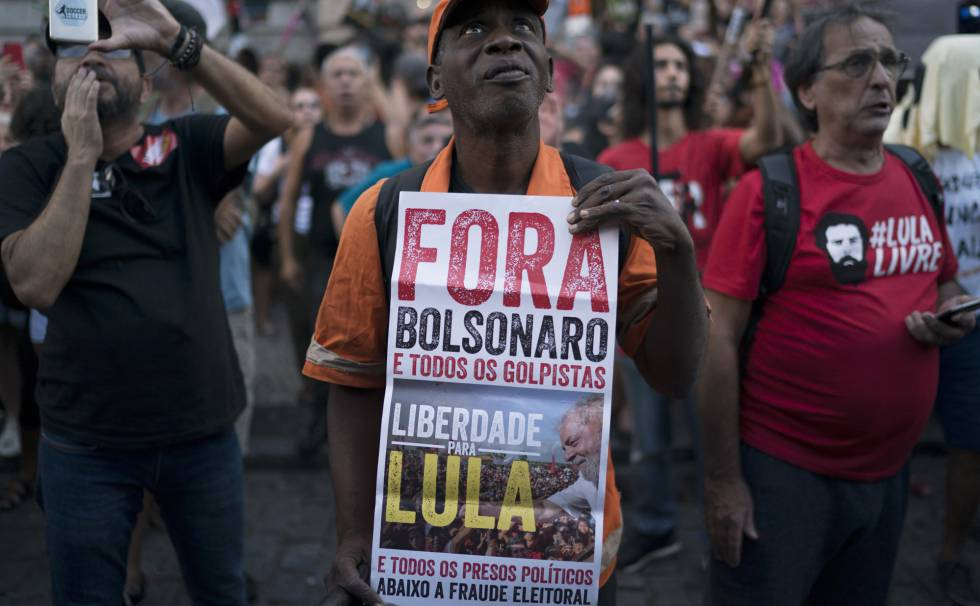 Homem segura cartaz pedindo liberdade para o ex-presidente Lula, no dia 31 de março.