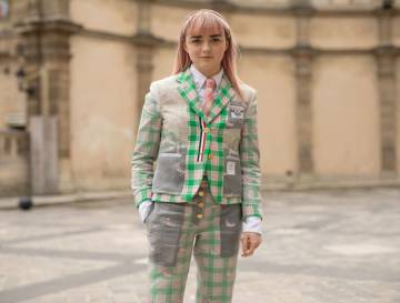 Maisie Williams vestida de Thom Browne.
