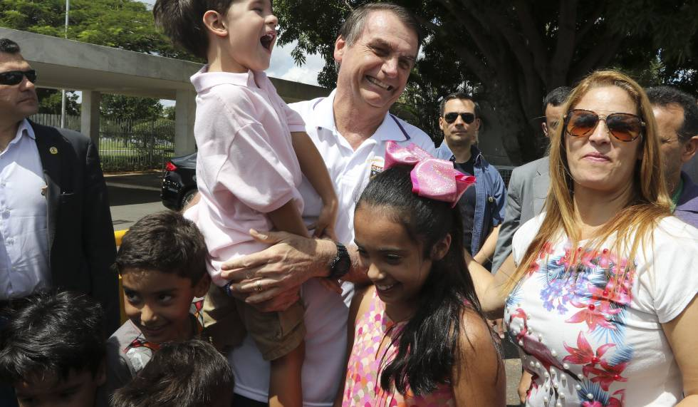Bolsonaro cumprimenta apoiadores neste domingo.