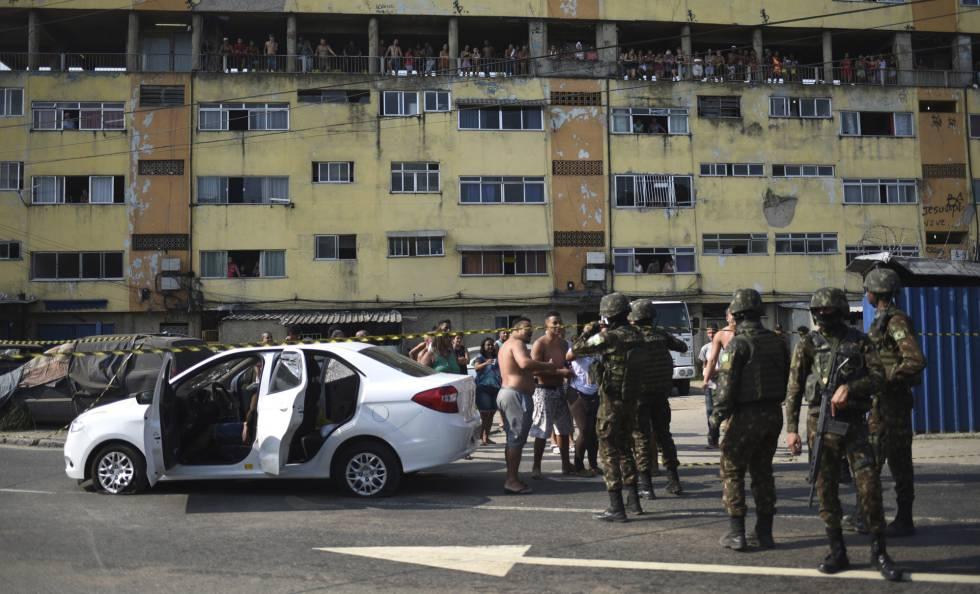 Moradores e militares no local onde Evaldo dos Santos Rosa foi morto, em Guadalupe, Rio de Janeiro.