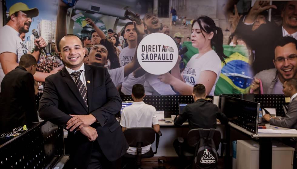 Garcia em seu gabinete na Alesp.