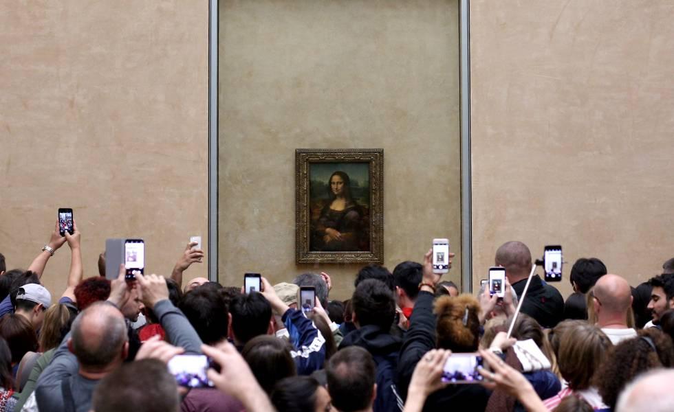 Visitantes do Museu do Louvre, em Paris, fotografam 'A Gioconda', em imagem do ano passado