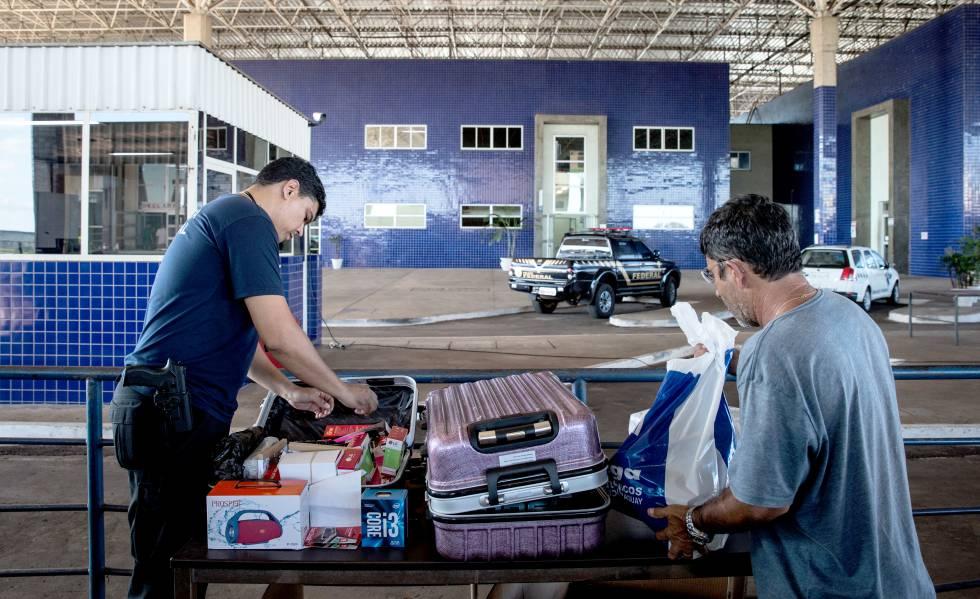 Agente inspeciona bagagem em Foz do Iguaçu, fronteira do Brasil com o Paraguai.