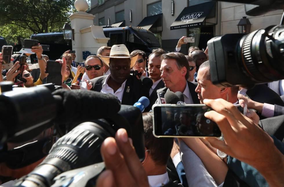 Presidente fala com a imprensa em Dallas, nos EUA.