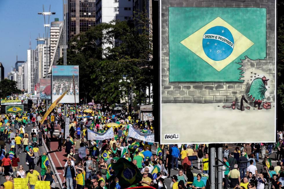 Manifestação na av. Paulista, que neste mês também recebe uma exposição ao ar livre com obras dos cartunistas Angeli e Laerte.