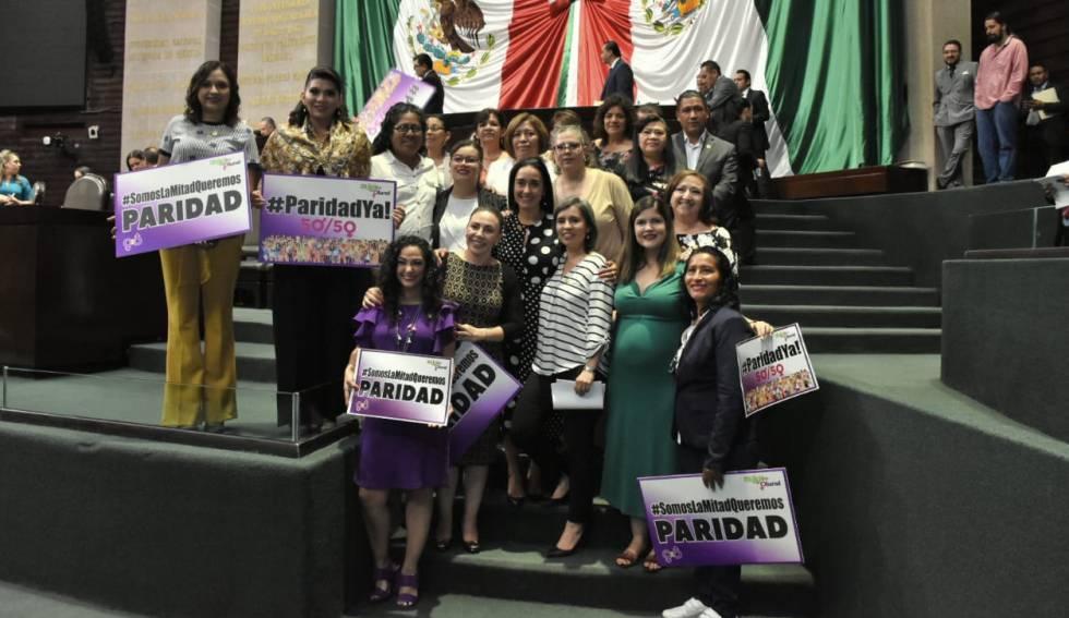 Mulheres comemoram aprovação da lei paridade de gênero no Senado do México.