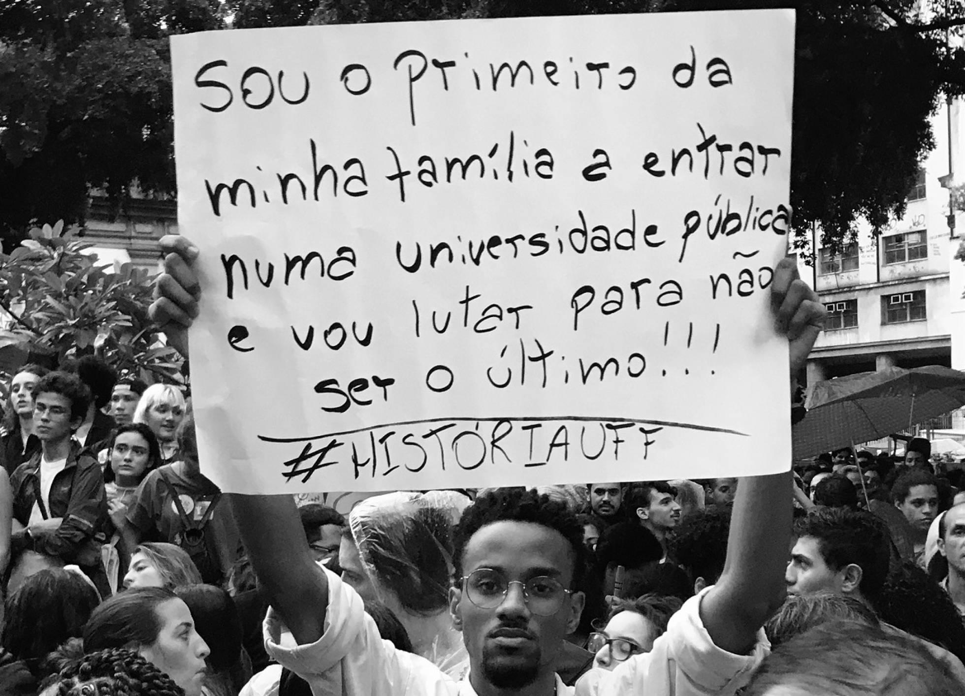 O Brasil por trás do cartaz de uma manifestação