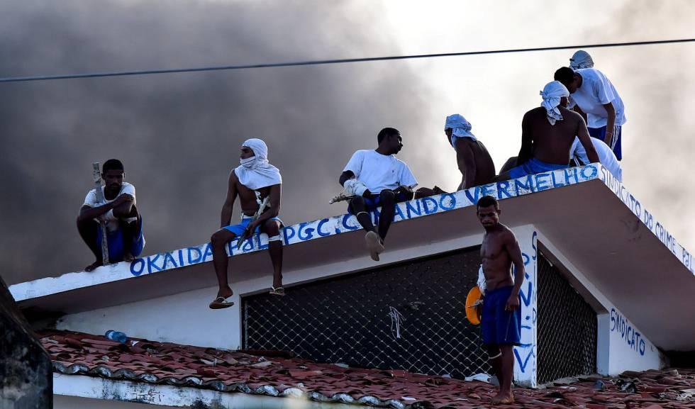 Internos durante confronto no presídio de Alcaçuz, no Rio Grande do Norte, em janeiro de 2017.