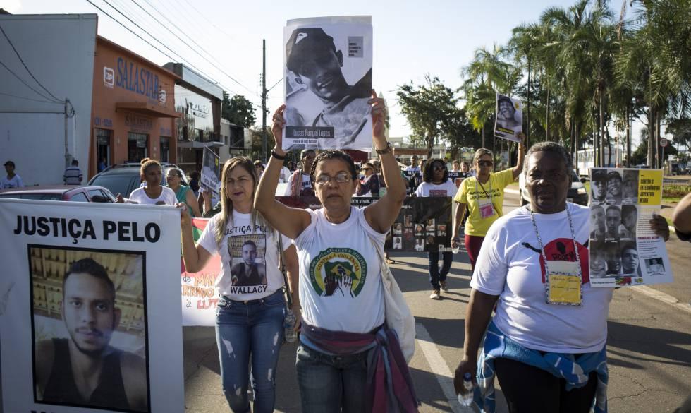 Un grupo de madres participa de un acto contra la violencia policial el pasado 20 de mayo, en Goiânia (Goiás).