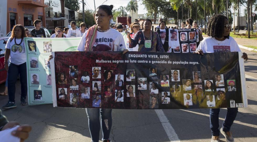 En el centro de la foto, Gláucia de Santos protesta por la muerte de su hijo Fabrício.