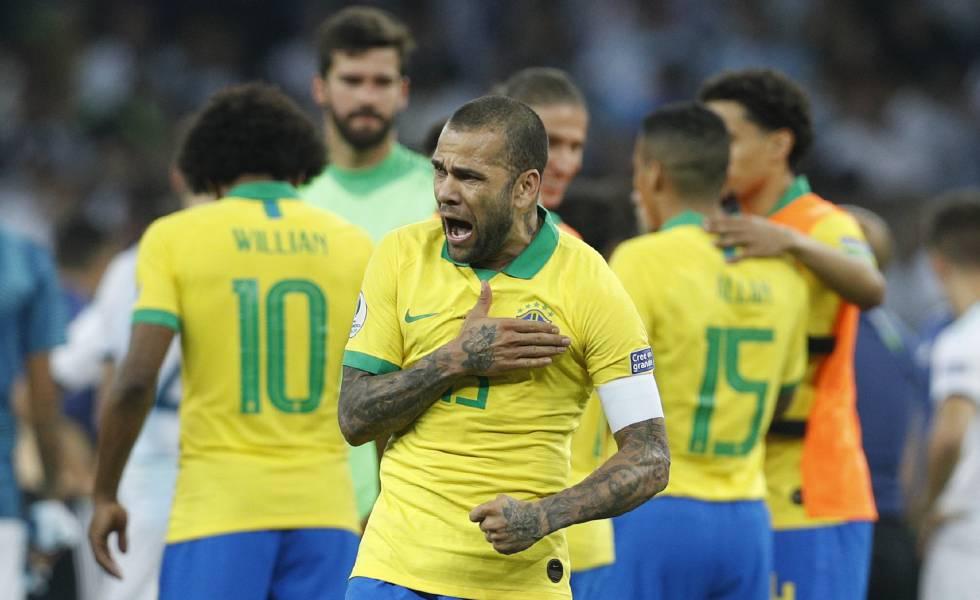 Resultado de imagem para Capitão do Brasil, Daniel Alves conquista seu 40º título na carreira