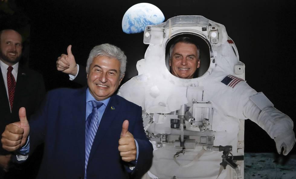 Bolsonaro posa de astronauta ao lado do ministro da Ciência e Tecnologia, Marcos Pontes, por ocasião do dia da Independência dos EUA, na embaixada norte-americana.