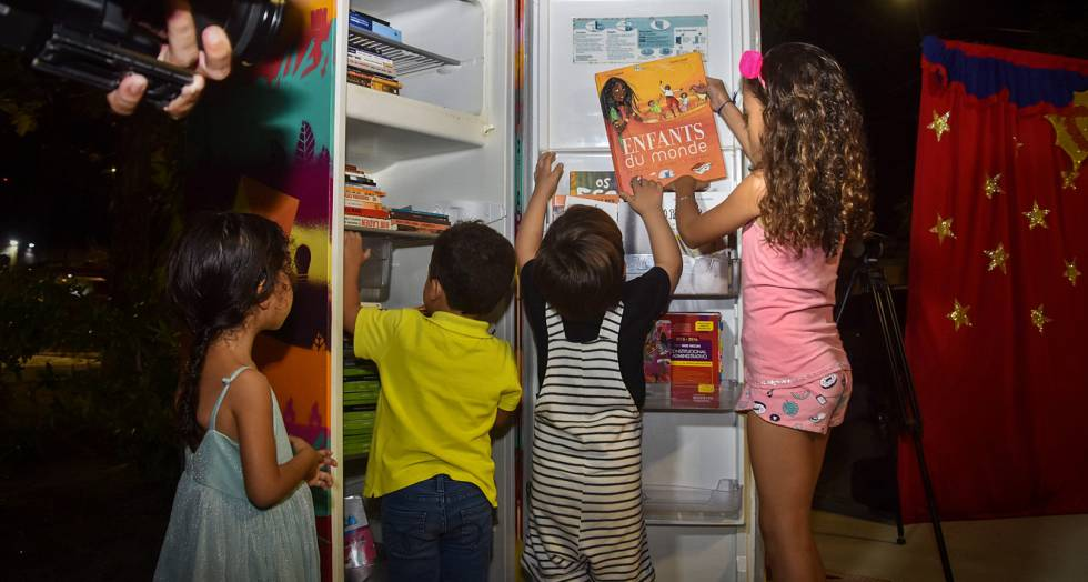 Geladeiroteca estimula doação de livros na capital alagoana.