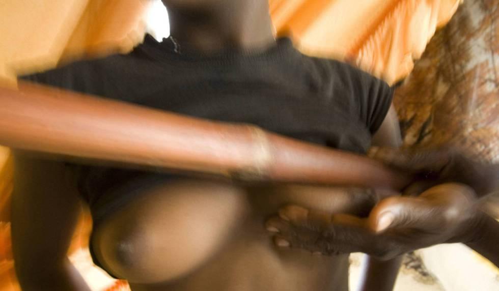 Salamatou, um curandeiro, esmaga com um bastão os seios de uma jovem de sua aldeia em Ombessa, Camarões, no ano de 2007.
