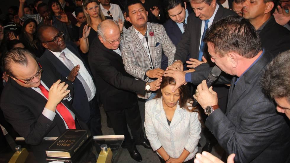 A deputada federal e fundadora da igreja evangélica Ministério Flordelis, Flordelis dos Santos, durante a cerimônia religiosa pela morte do pastor Anderson do Carmo, no dia 17 de junho, no Rio de Janeiro.