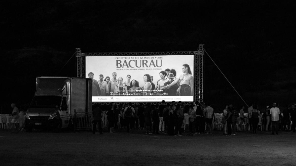 Mais de 2.000 pessoas foram assistir a pré-estreia de Bacurau no povoado Barra.