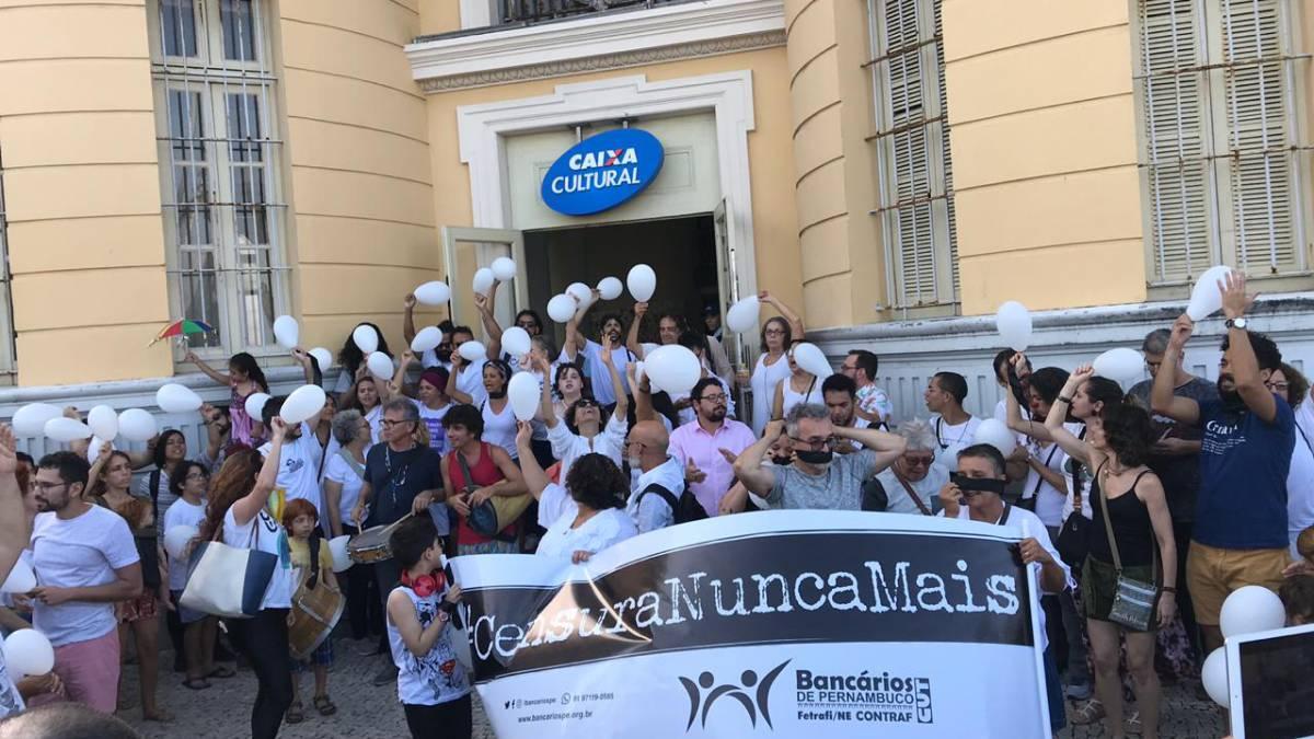 Ato contra a suspensão do espetáculo 'Abrazo' pela Caixa Cultural, em Recife.