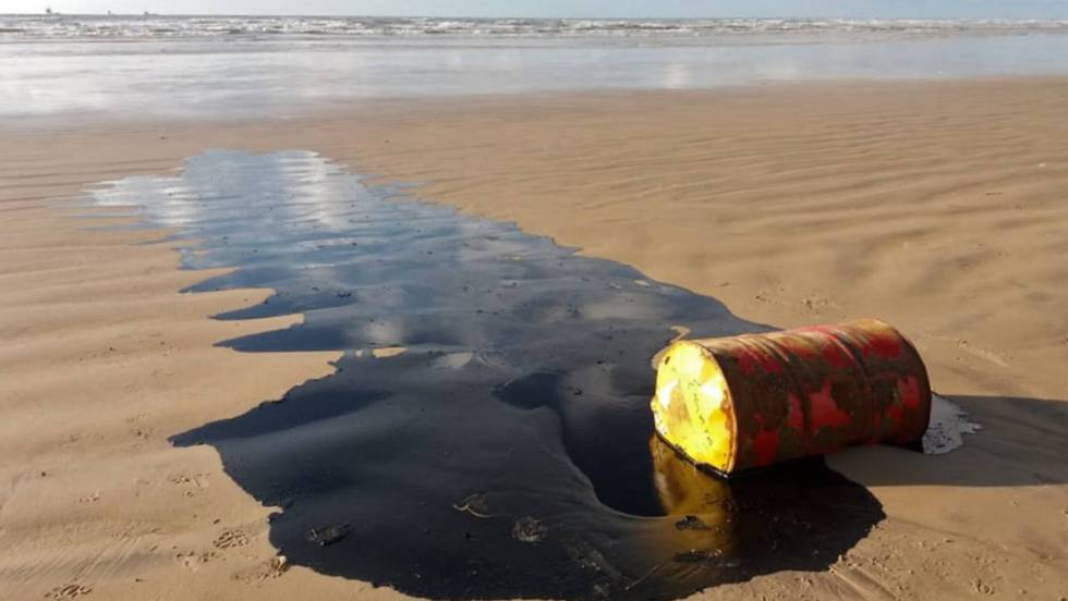 Barril encontrado na praia Barra dos Coqueiros, em Sergipe. Em vídeo, petróleo nas praias do Nordeste do Brasil