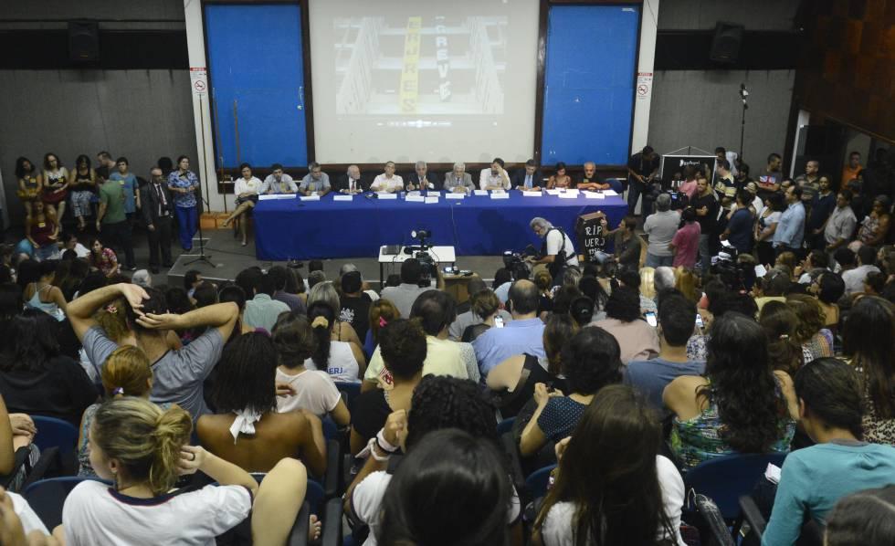 Professores durante assembleia no Rio, em 2017.