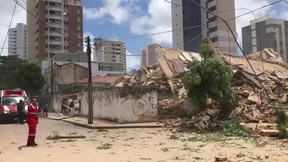 Imagens feitas por moradores do prédio residencial de sete andares que desabou em Fortaleza nesta terça-feira.
