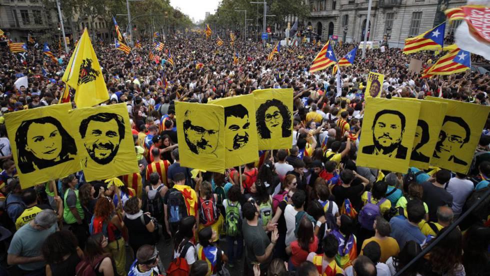 Manifestantes levantam cartazes com a imagem dos líderes separatistas durante protestos nesta sexta-feira. Assista ao vivo as manifestações pelas ruas de Barcelona